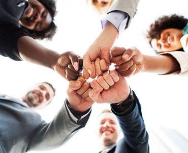 Grupo de pessoas reunidas celebrando a conquista das habilidades para 2021